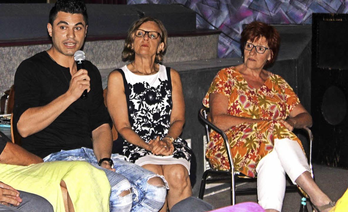 Mahmoud Almohmad berichtet von seiner ...haffung, und Stadträtin Barbara Karle.  | Foto: J. Ruh