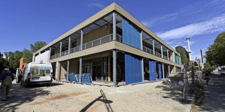Eine der beiden Erweiterungsbauten: Na...erferien sollen die Schüler einziehen.  | Foto: Rita Eggstein