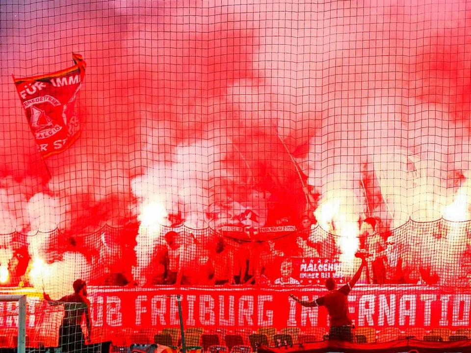 Bengalos von SC-Ultras vor dem Spiel in Ljubljana gegen Domzale  | Foto: dpa