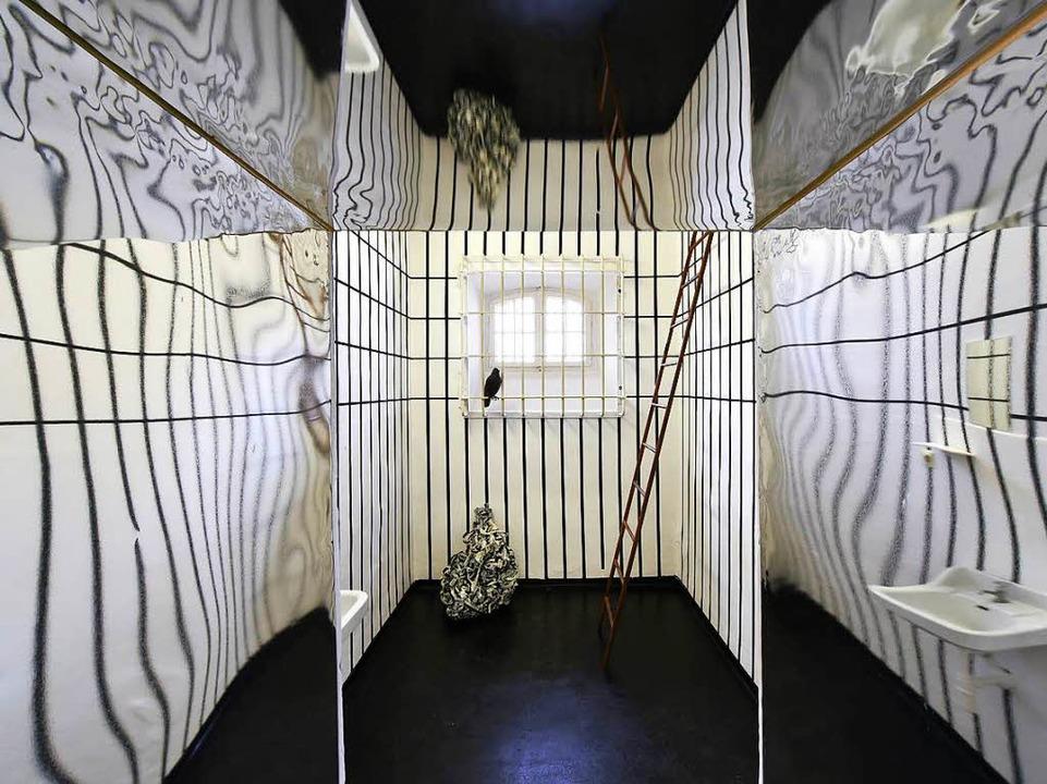 Die Leiter als Illusion einer Fluchtmö...chaela Höhlein-Dolde in Szene gesetzt.  | Foto: Thomas Kunz