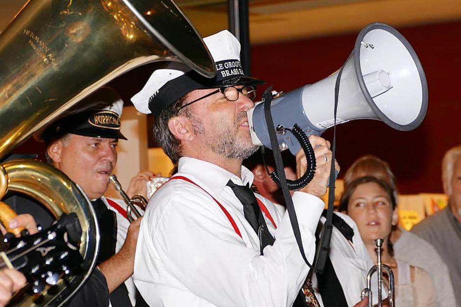 Die Streetband Castle Groove Festival Marching Band in der Sattelgasse (Foto: Peter Gerigk)