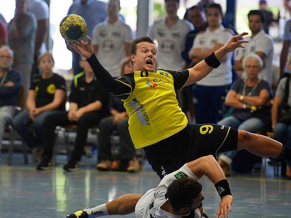 SG-Spieler Alex Simak setzt sich in Szene und über einen Gegenspieler hinweg.  | Foto: Patrick Seeger