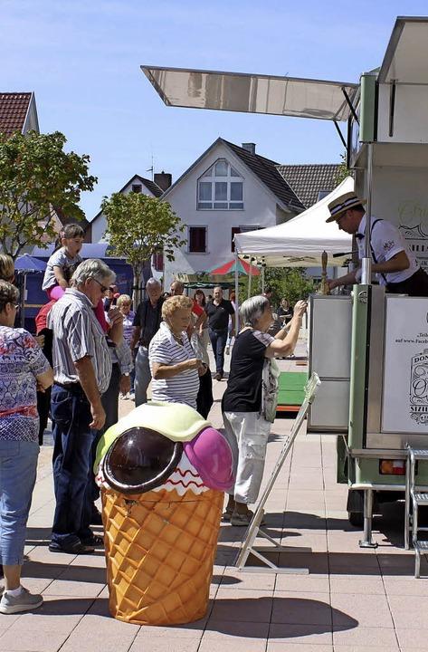 Nicht nur an Wein- und Wurstbuden flor...nigen Gassenfesttagen auf ihre Kosten.  | Foto: Mutz
