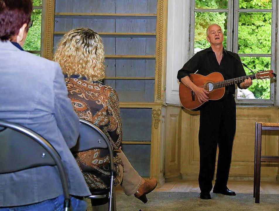 Joachim Kehrhahn sang in der Bibliothe...nzösische und südamerikanische Lieder.  | Foto: Sandra DEcoux-KOne