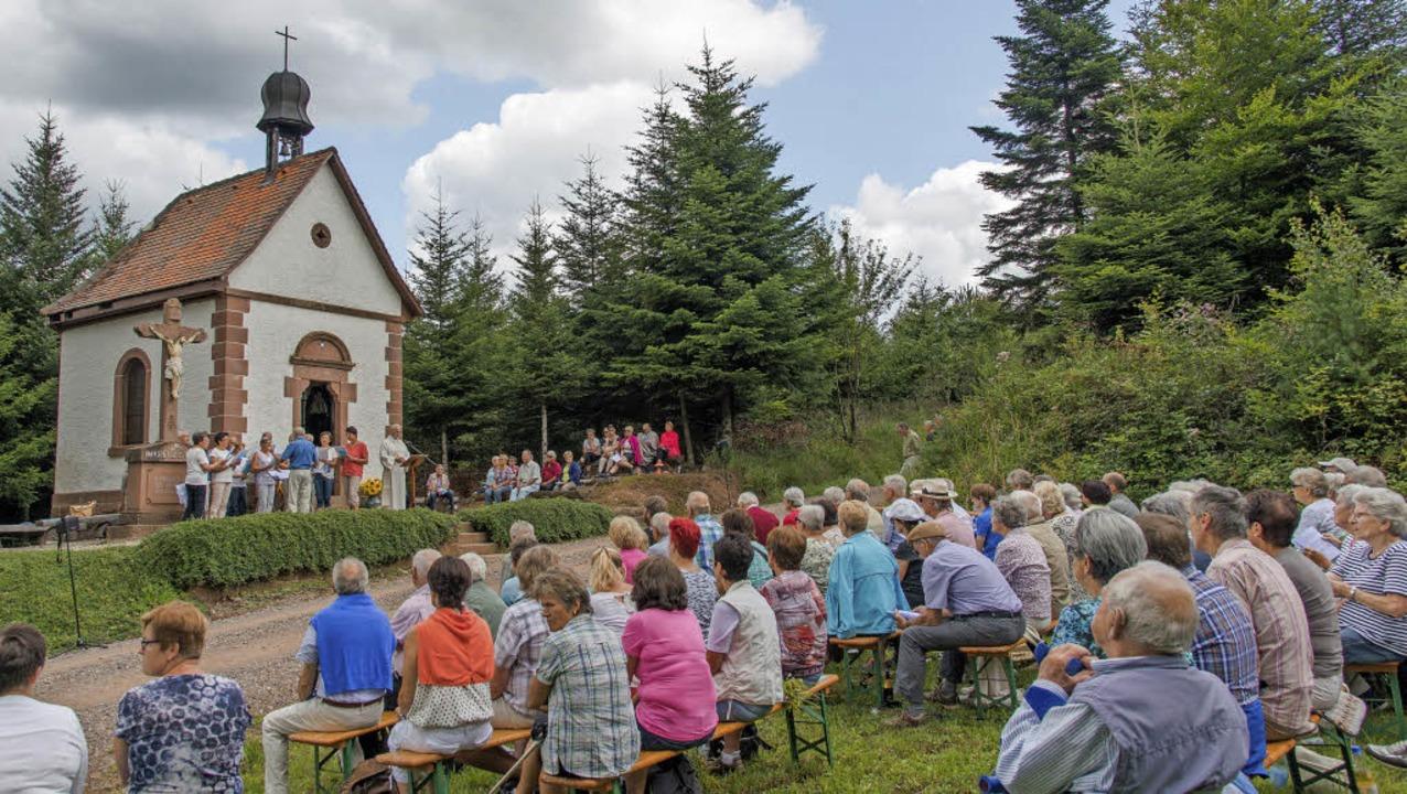Rund um die Kapelle saßen die Teilnehmer der Helgestöckle-Wallfahrt.     Foto: Olaf Michel