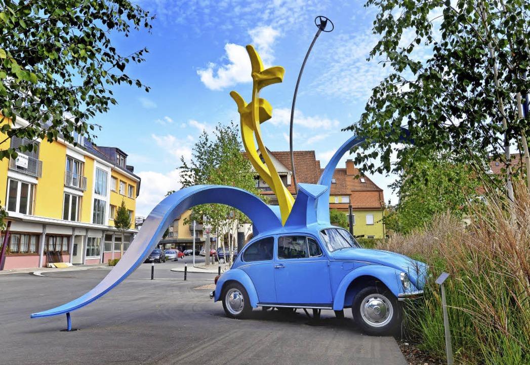 Bunte Farben, aber ein düsterer Hinter...on Stefan Rohrer vor den Donauhallen.   | Foto: Museum Art Plus
