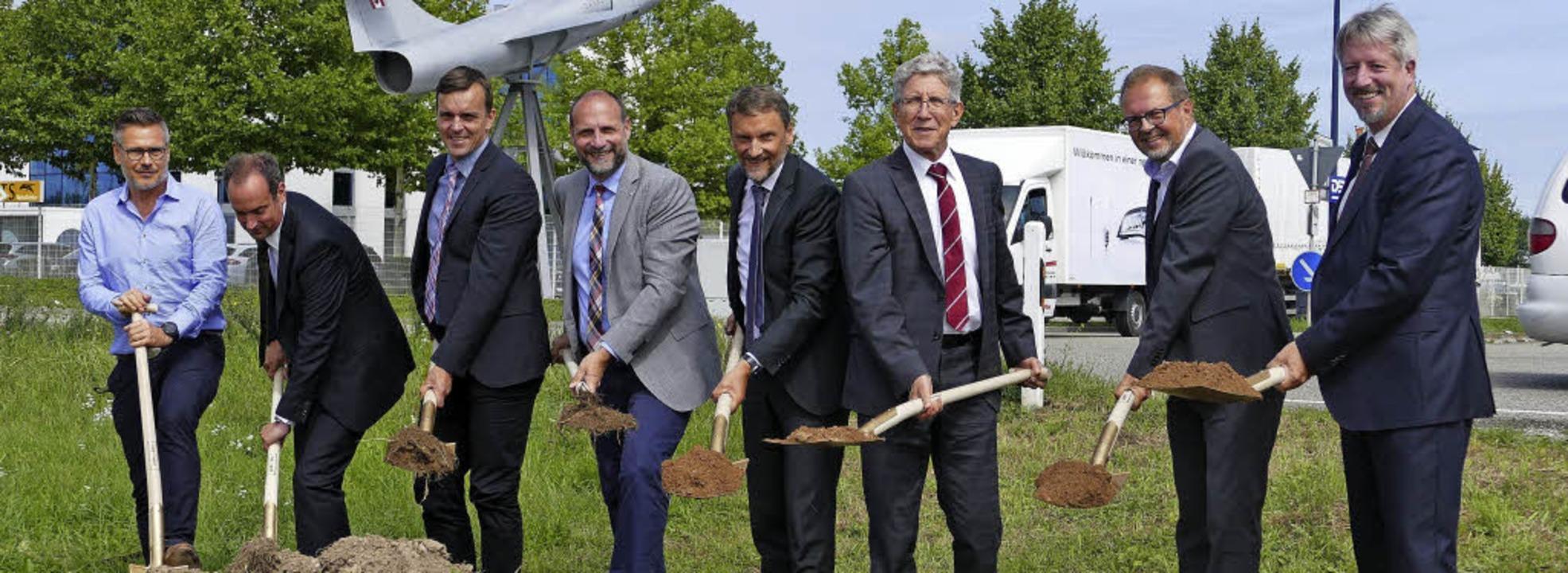 Spatenstich (von links): Andreas Ruf (...und  Baubürgermeister Tilman Petters.   | Foto: Mark Alexander
