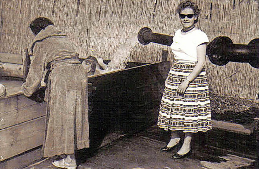 Helga Mayer (rechts) im Jahr 1957 am e...ecken - im Hintergrund das Schüttrohr.    Foto: privat