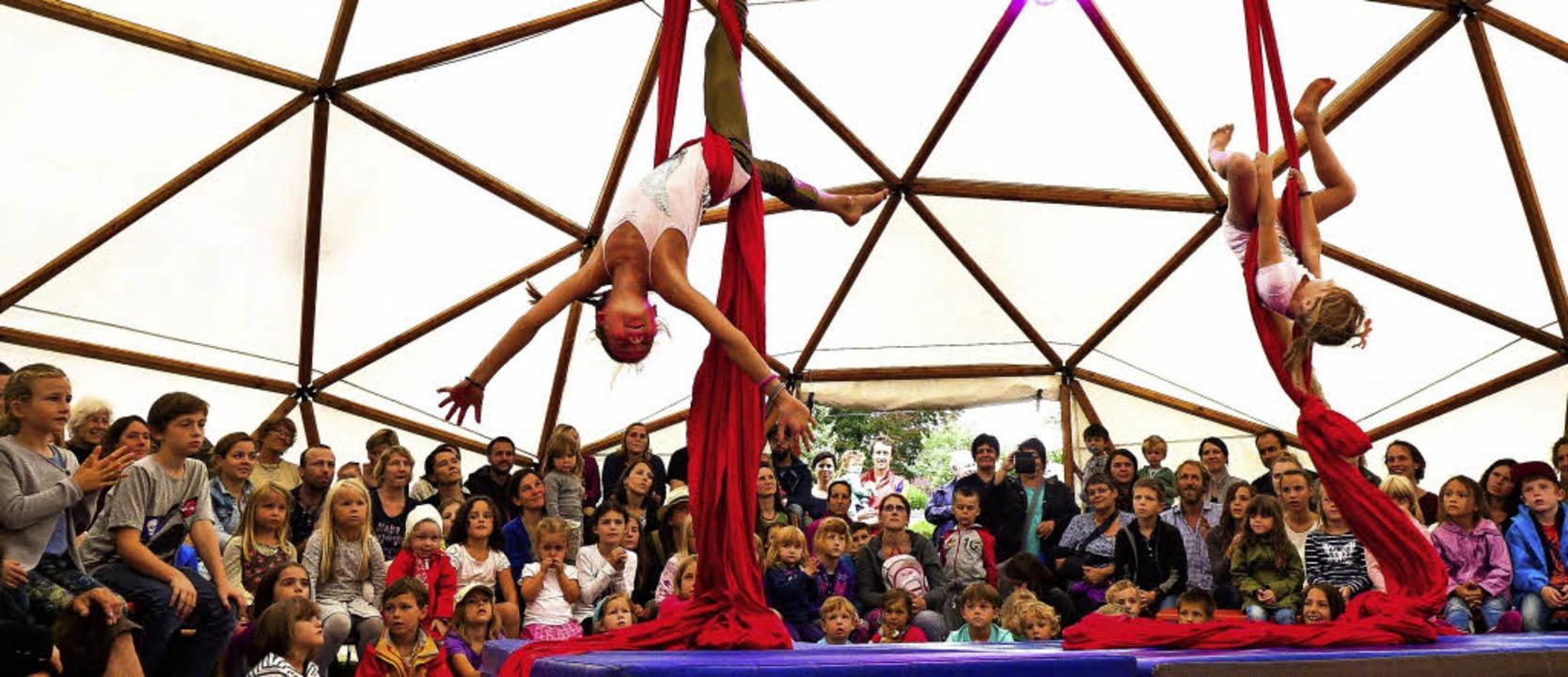 """Eine der Nummern im Zirkus """"Para...en: Akrobatik an zwei Vertikaltüchern     Foto: Ute Schöler"""