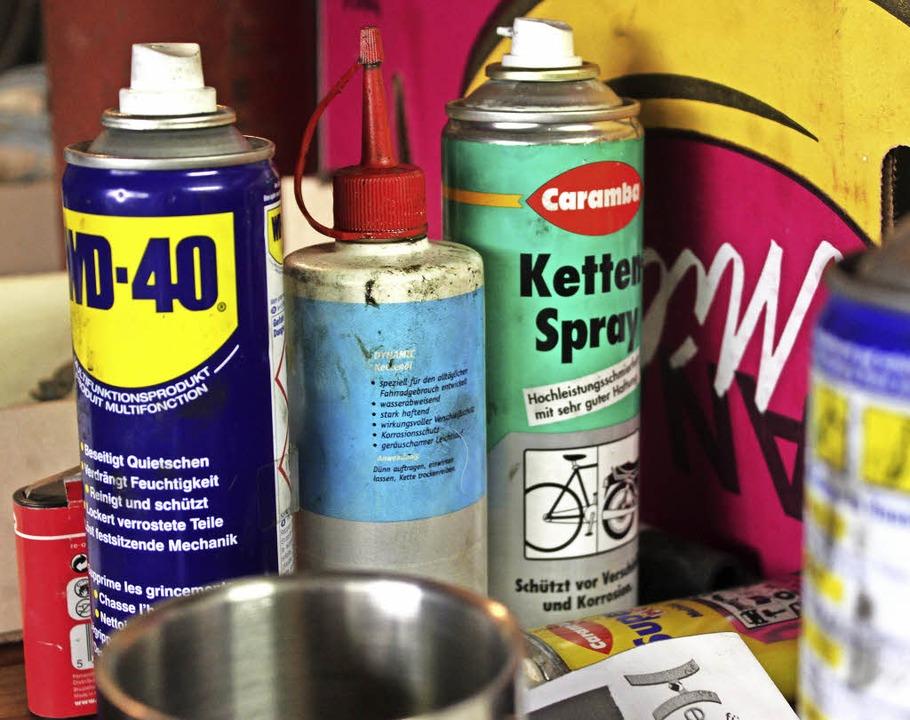 Für trockene Ketten gibt es Sprays und Öl.  | Foto: Lara Walter