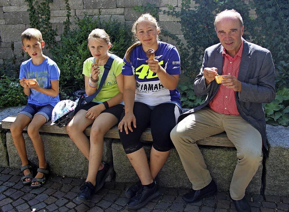 Der Bürgermeister und seine Besucher mit Eis  | Foto: Horst David