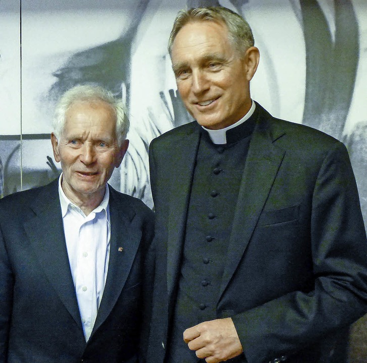 Da freuen sich zwei: Georg Thoma  und ... am Feldberg, heute Erzbischof in Rom   | Foto: annemarie zwick