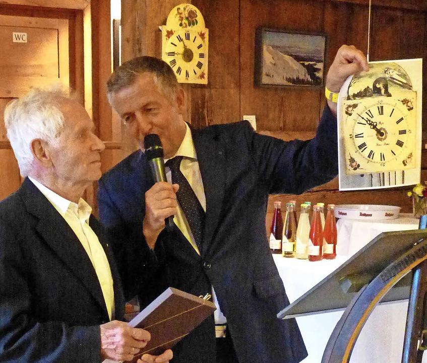 Vorfreude aufs Geschenk  der Gemeinde weckte Bürgermeister Tatsch.  | Foto: Annemarie zwick