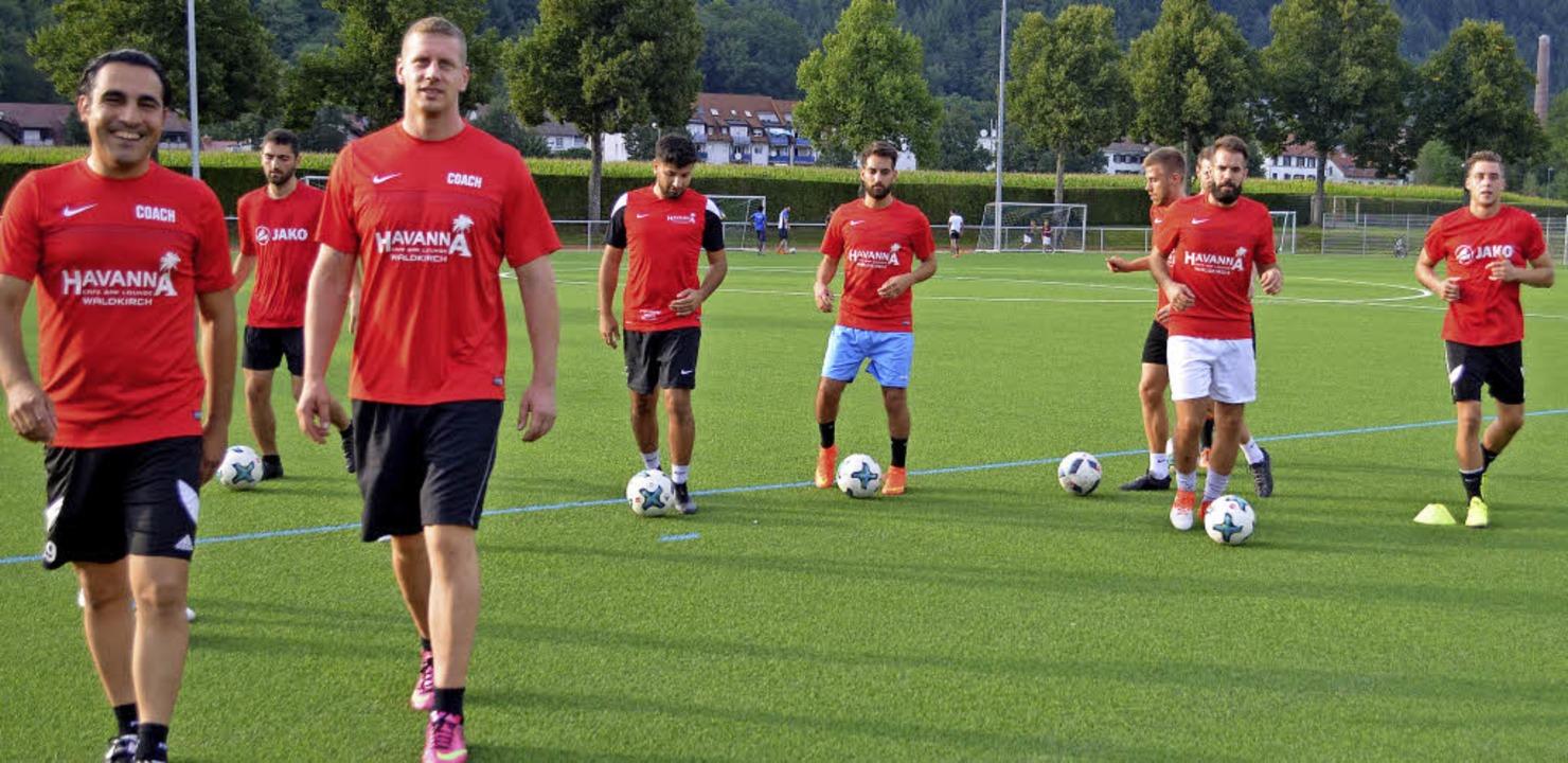 Die beiden Trainer Cahit Adanur und Pi...Training auf dem Kollnauer Sportplatz   | Foto: Nikolaus Bayer