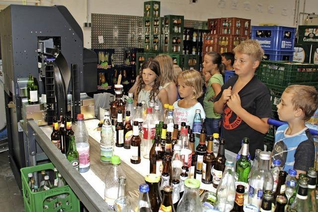 Kinder werfen einen Blick hinter Supermarktkulissen