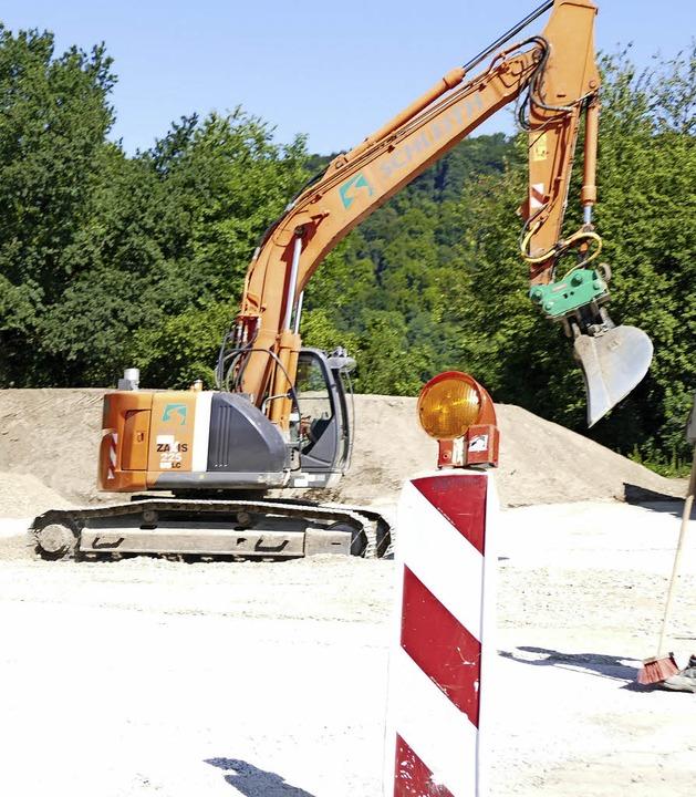 Bevor der Spatenstich erfolgen kann, w... Areal schon mit Baggern vorbereitet.     Foto: Dorweiler