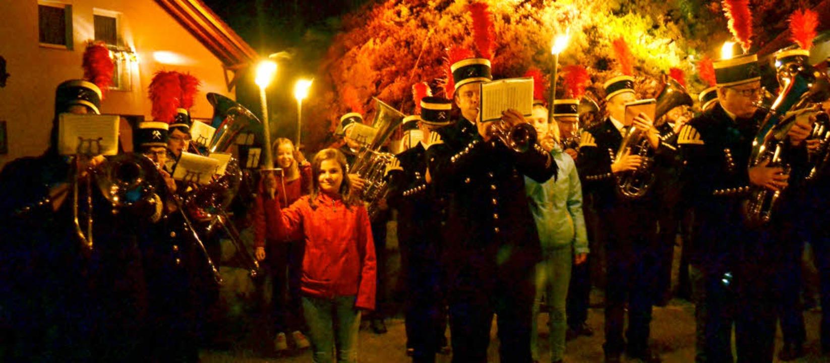 Aufmarsch der Kapelle zum Zapfenstreic...eng festgelegten Ritual zelebrierten.   | Foto: Paul Berger