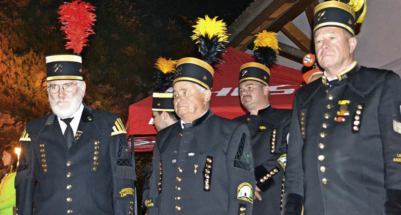 Eindrückliche Momente beim Zapfenstrei...svorsitzenden Christian Proß (rechts).  | Foto: Paul Berger