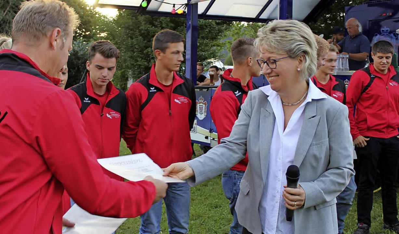Stellvertretend für die Aktiven des Ta...Bürgermeisterin Fränzi Kleeb entgegen.  | Foto: Erich Krieger