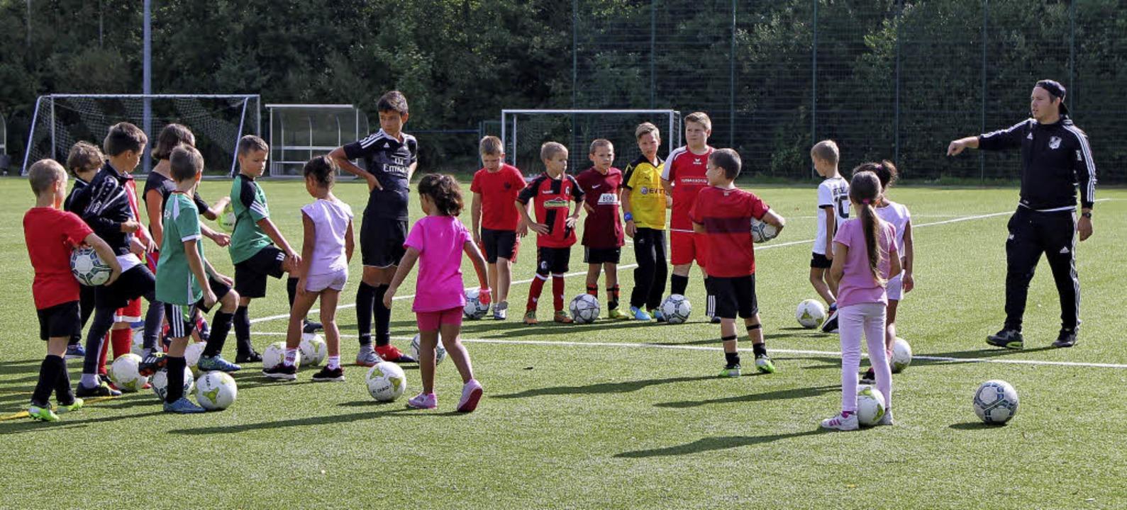 Gut Freund mit dem Fußball: Thorsten M...leitete das LaKiSo-Angebot des SV 08.   | Foto: Michelle Güntert