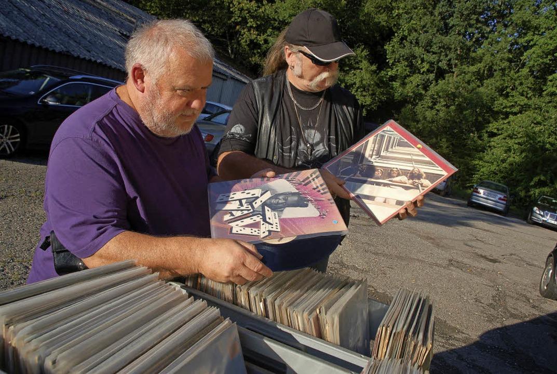 Die erste Schallplattenbörse in Karsau...Aussteller Sigi Fester statt (links).   | Foto: Petra Wunderle