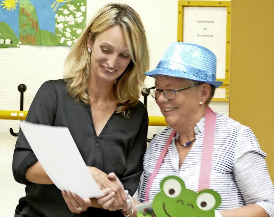 Schulleiterin Susanne Schwer überreichte Edelgard Köpfer eine Urkunde.    Foto: Sebastian Barthmes