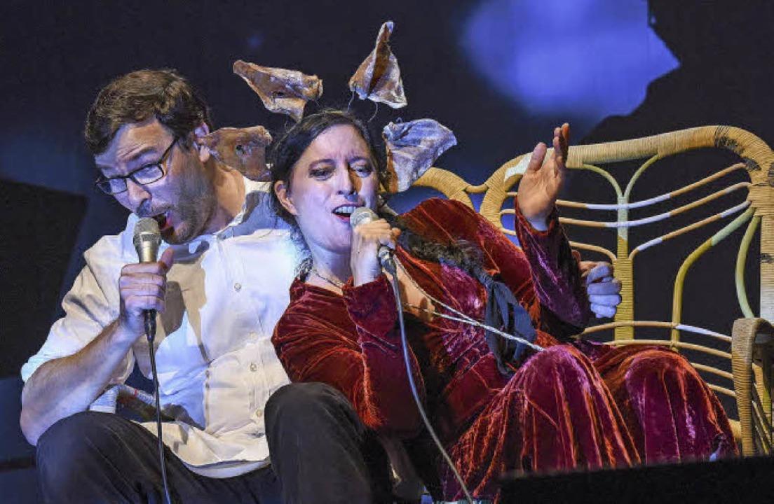 Relaxt  statt explosiv:  Erika Stucky ...oll in singender  Sitzmöbelharmonie       Foto: festival