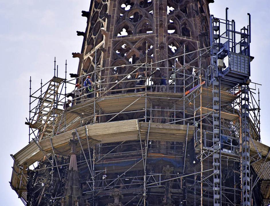 Das Gerüst um den Turmhelm wird von 82 auf 78 Meter zurückgebaut.   | Foto: Michael Bamberger