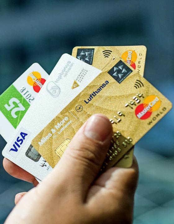 Beliebtes Zahlungsmittel: die Kreditkarte  | Foto: DPA