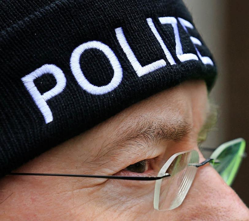Polizist an einem Gewerkschaftsstand     Foto: dpa