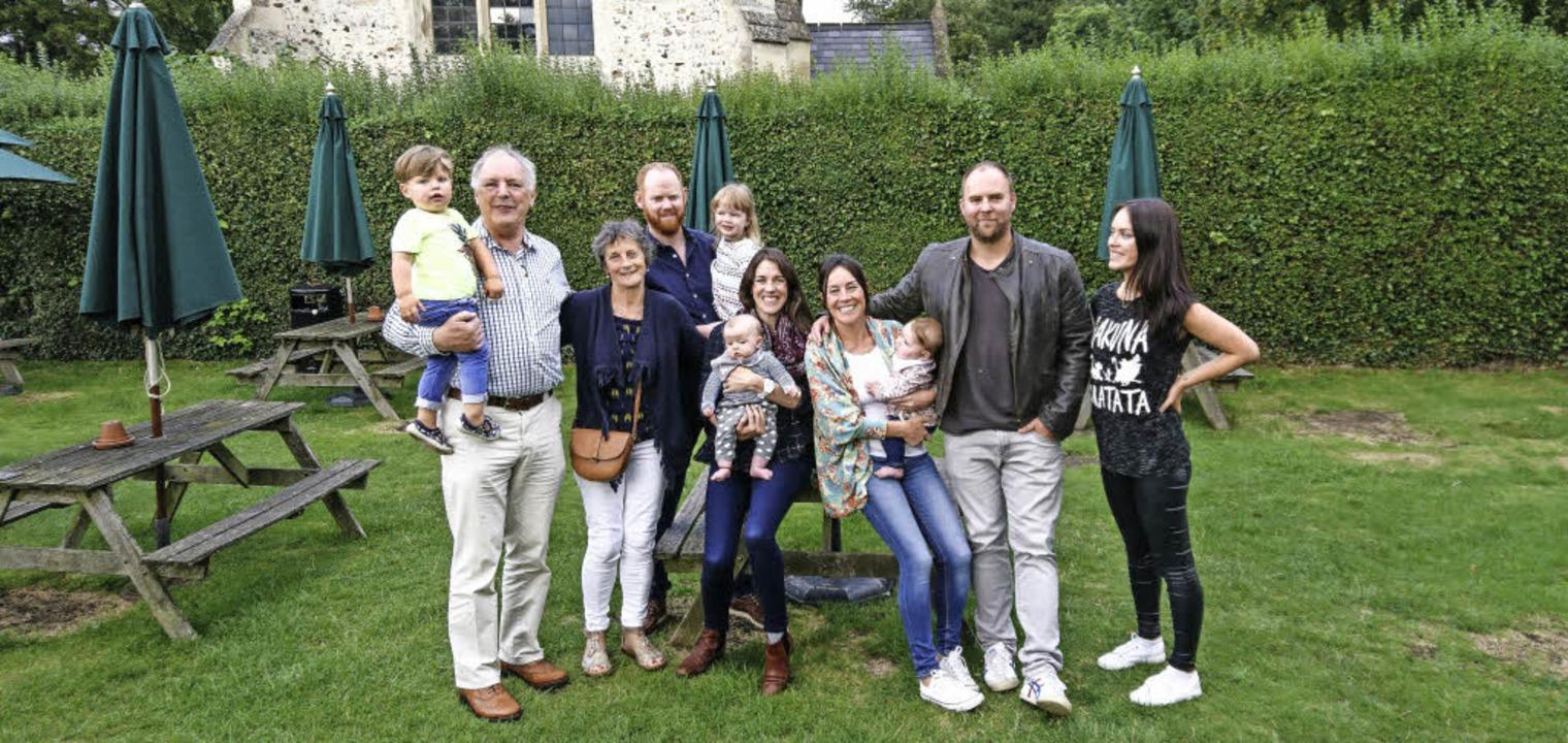 Seltenes Familientreffen (von links): ...d ihrem Mann Ryan und Tochter Sinéad.   | Foto: Peter Nonnenmacher/Vertigo Signs (adobe.com)