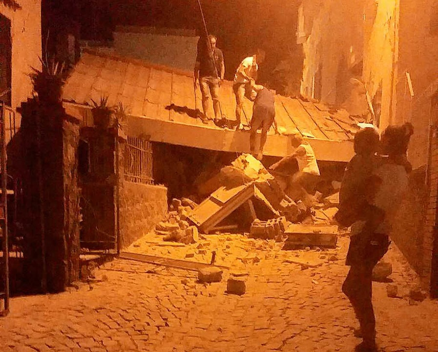 Helfer suchen unter den  Trümmern nach Verschütteten.  | Foto: dpa