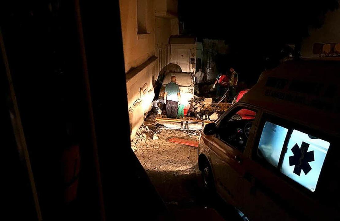 Helfer suchen unter den  Trümmern nach Verschütteten.  | Foto: AFP