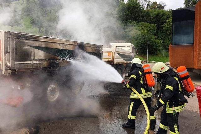 Vor dem Hugenwaldtunnel brannten an einem Lkw mehrere Reifen – die Feuerwehr löschte schnell