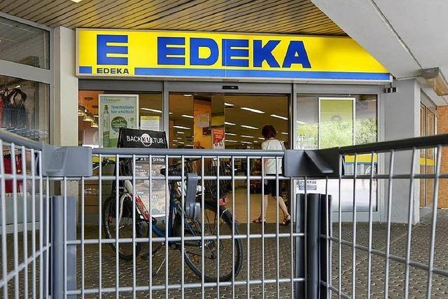 Edeka-Markt nimmt ausländische Produkte aus dem Regal