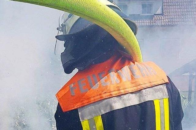 Heckenbrand hält die Feuerwehr Wehr auf Trab