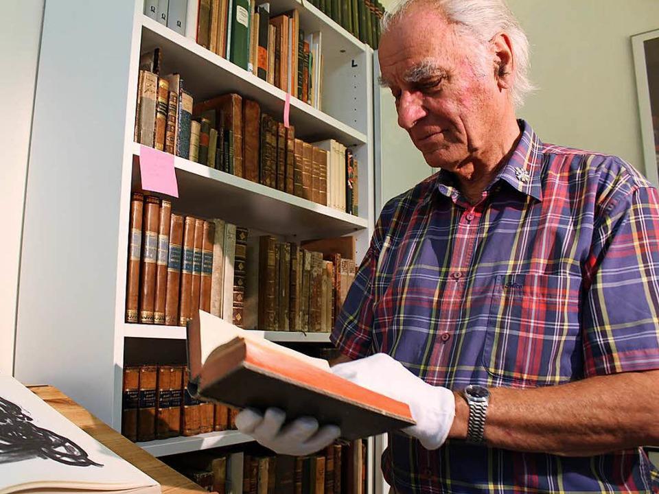 Jürgen Müller hat seinen Platz für sei...nd in der Klosterbibliothek gefunden.   | Foto: Erich Krieger