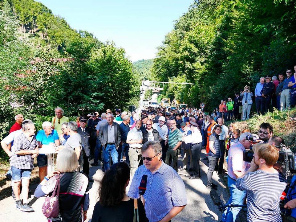 Groß war das Interesse  beim Besuch des Verkehrsministers im Albtal.    Foto: Ines Maria Biedenkapp