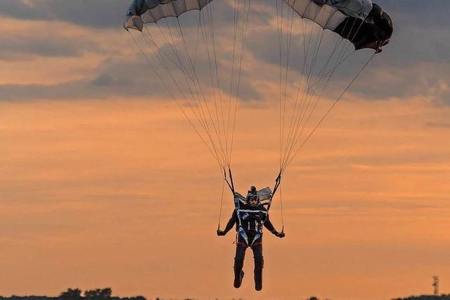 Fallschirmspringerin scheint mit dem Schrecken davon gekommen zu sein