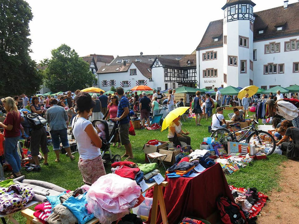 Viel Betrieb rund ums Markgrafenschlos...s kennzeichnet den Spielzeugflohmarkt.  | Foto: Georg Voß