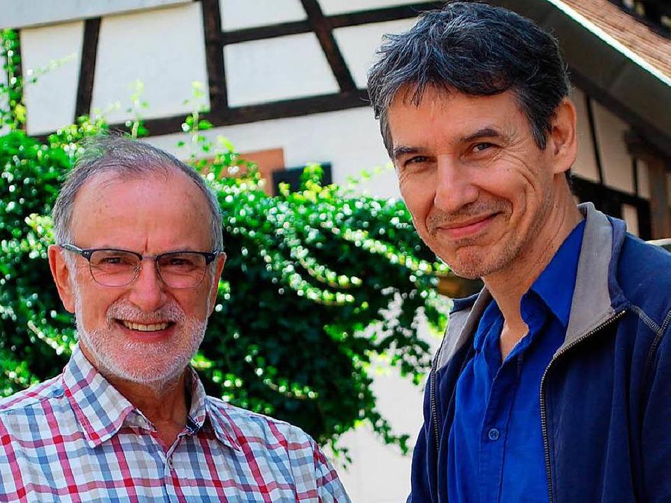 Alfons Woestmann und Günther Hoffmann ...für den Spielzeugflohmarkt am Samstag.  | Foto: Sylvia-Karina Jahn