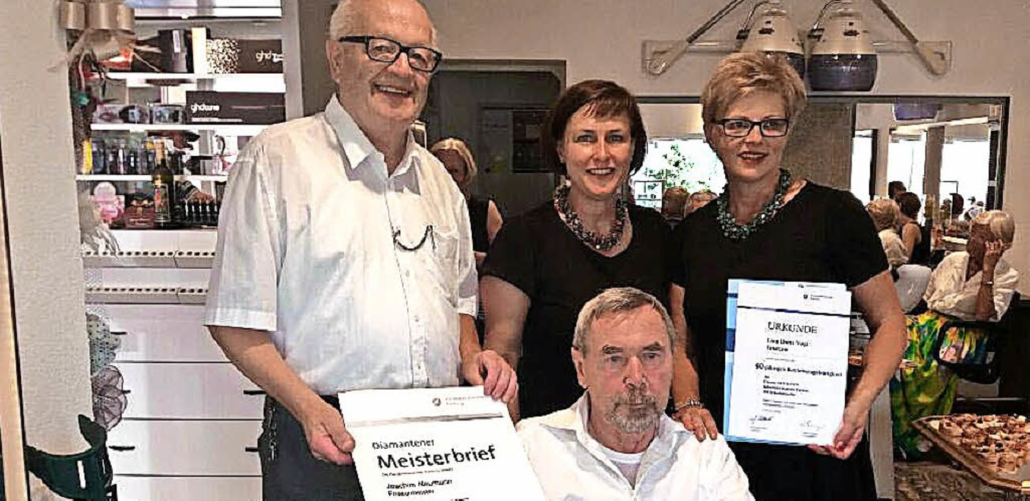 Feierten zwei Jubiläen (von links): Ma...(40 Jahre beim Friseursalon Neumann).   | Foto: Privat