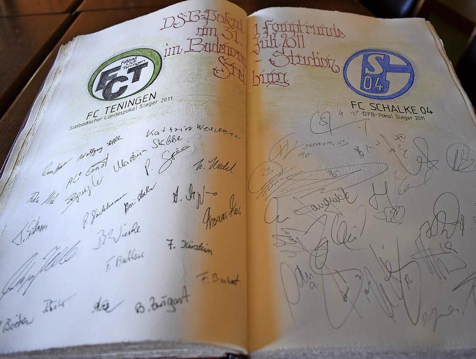 Auch Fußballer haben sich im Goldenen Buch verewigt.   | Foto: Frank SChoch