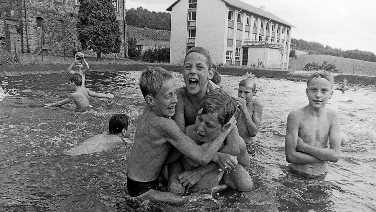 Viel Spaß hatten Kinder aus Berlin bei...en im Löschteich der Domäne Hochburg.   | Foto: Armin E. Möller