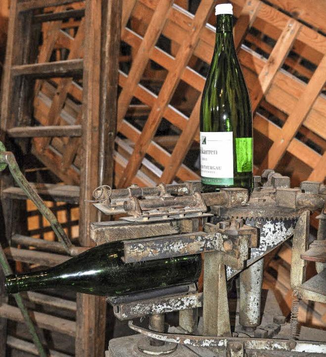 Rund 250 Weinflaschen in der Stunde et...alte Maschine einwandfrei und sauber.     Foto: Kai Kricheldorff