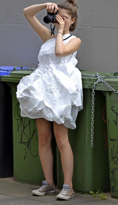 Modeakademie: Ein Foto-Shooting nach der Arbeit mit weißen Stoffen.    Foto: Heinrich Bröckelmann