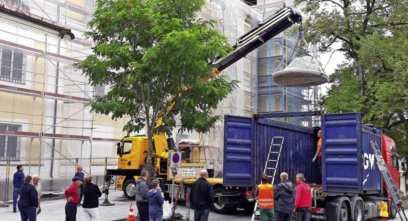 Für Diskussionen hat der sieben Tonnen...n wurde er aus dem Container gehievt.   | Foto: Birgit Müller