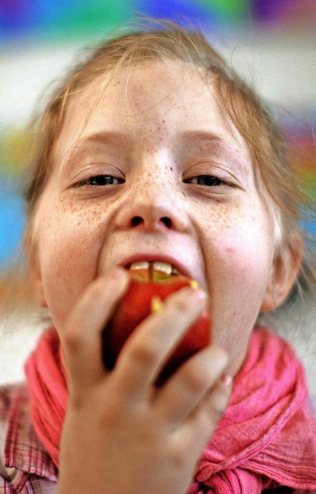 Frisches Obst soll es künftig in der Grundschule in Rötenbach geben.     Foto: Fredrik von Erichsen/dpa