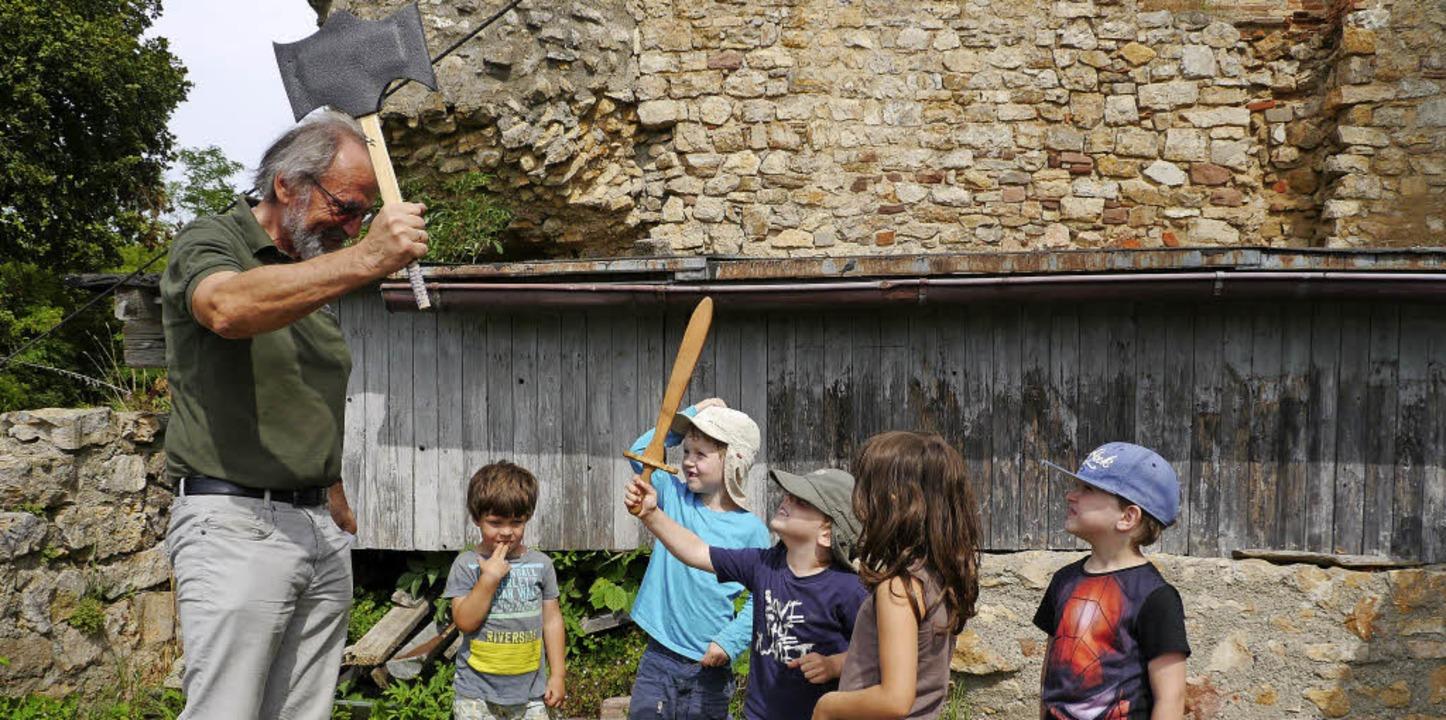 Mit Schwert und Beil: Burgführer Hans ...m Rundgang durch die Ruine Lichteneck   | Foto: Hülter-Hassler