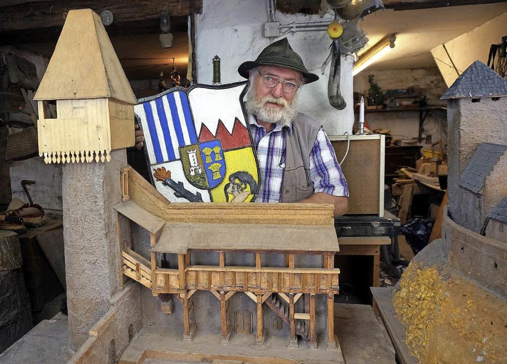 Wolfgang Buri in seiner Werkstatt in d... Hand ist ebenfalls ein Werk von ihm.     Foto: Freudig